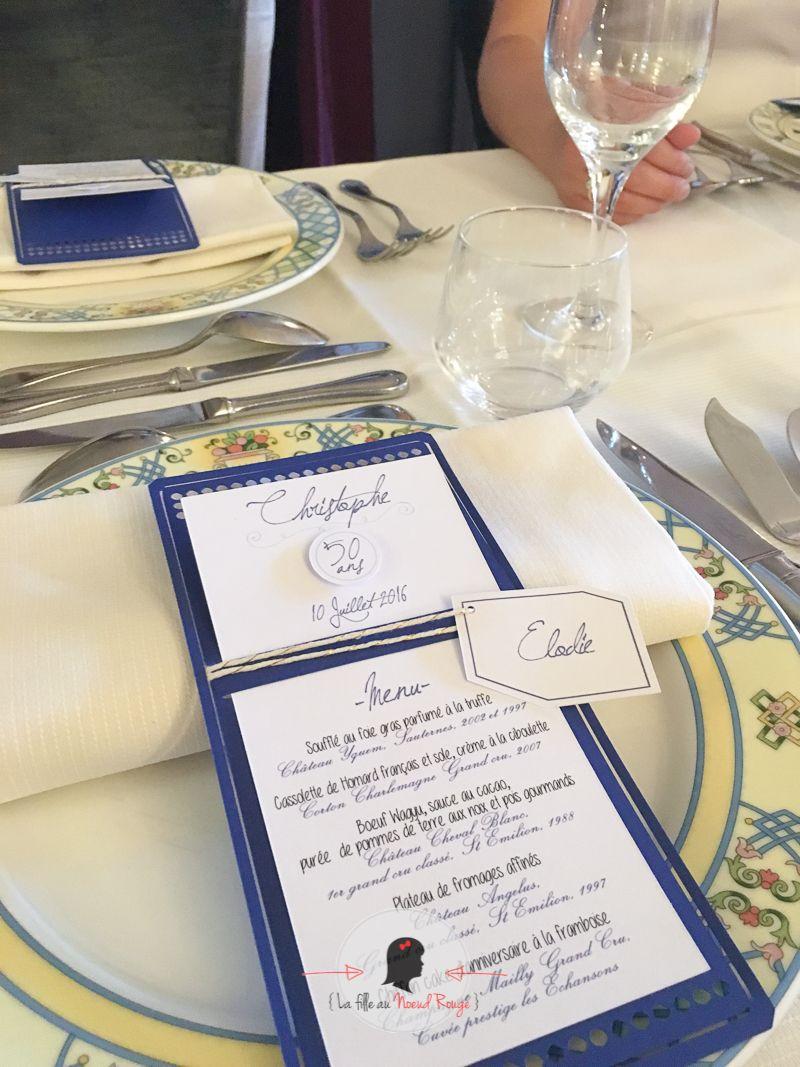 La fille au noeud rouge - menu individuel et marque-place anniversaire design moderne bleu marine et or