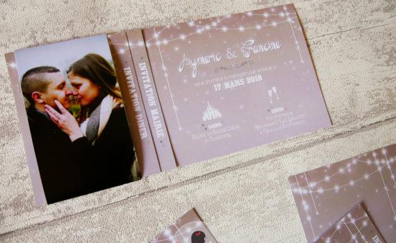 La fille au Noeud rouge - Faire-part sur-mesure mariage photo guirlande lumineuse taupe blanc coupon dîner time line