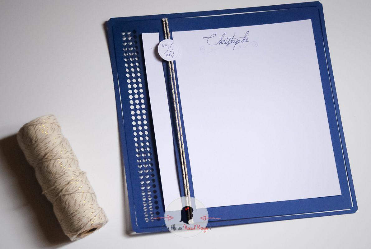 La fille au noeud rouge - carte d'anniversaire design moderne bleu marine et or