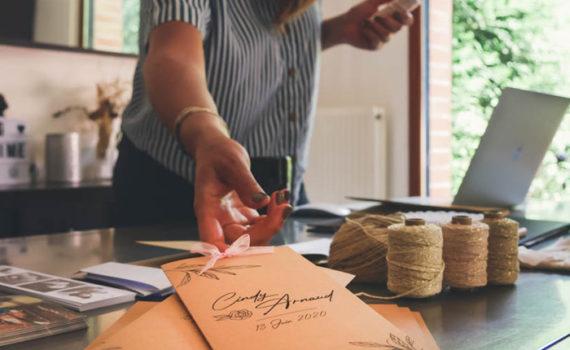 La fille au Noeud Rouge - atelier création faire-part mariage sur-mesure
